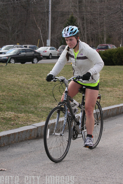 IMG4_37081 Kristin bike dismount UNE Sprint Triathlon