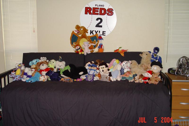 2004-07-05-Kyles-room-stuffed-animals