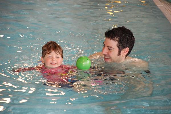 Kolie swimming