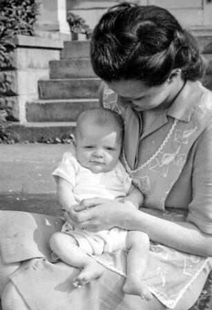 1946: Mary Ann Bensheimer-Gray and daughter Carrol Ann.