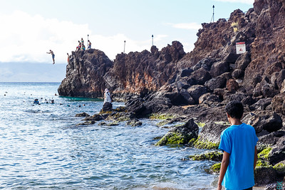 Kaanapali beach Rock: people diving