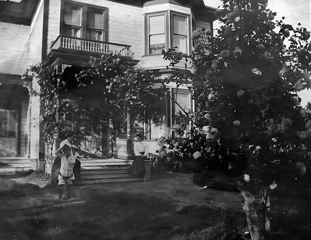 This is the family house in Ridgewood NJ.  apprently Emma and Leroy had a lot of family guest that stayed for extented periods of time.