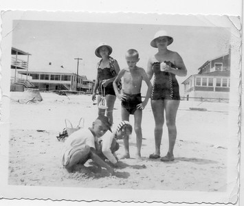 Bobby Melnick, Frances Pritchard, Francie Pritchard, Mark Melnick and Catherine Melnick at Wrightsville Beach, North Caroliona.