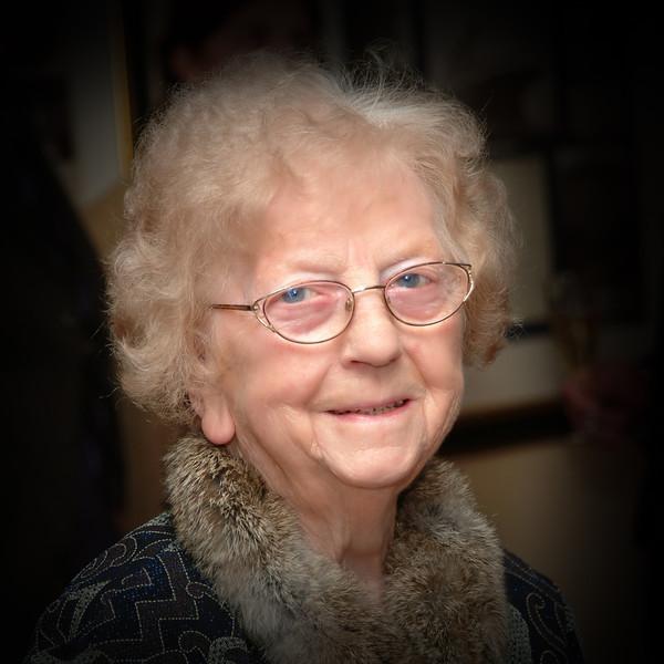 Mormor Berntine Helmersen 90 år. 20.1.2003