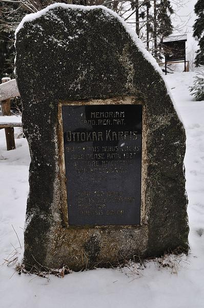 Pamatník O. Kareise, který se v jezeře utopil v roce 1927