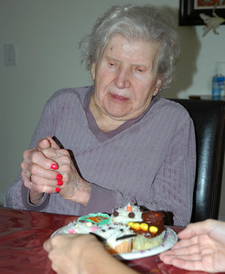 Nellie with cupcakes-2
