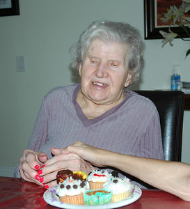 Nellie with cupcakes-1