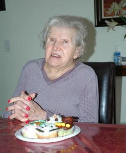 Nellie with cupcakes-3