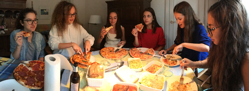 Pizza and Chinese dinner in the house of the grandfather of Belis.