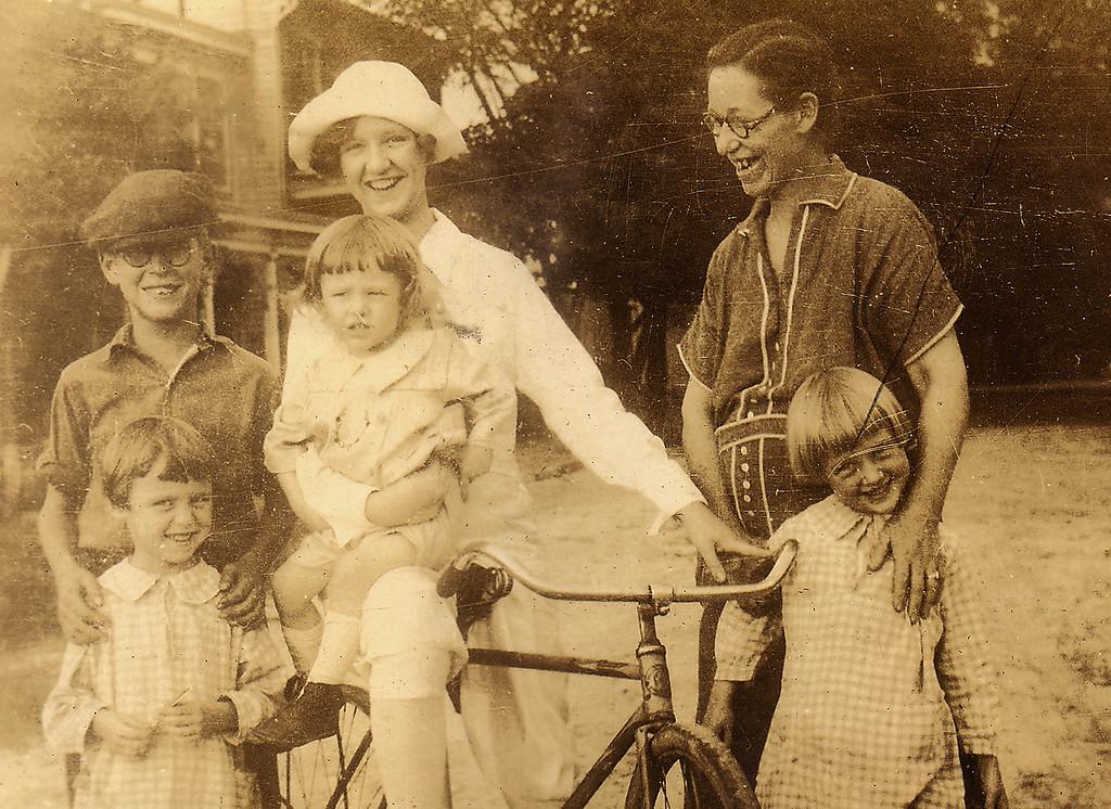 Family shot 1920s: Eleanor, ? Elwood?, Virginia, Mumma, Adelaide