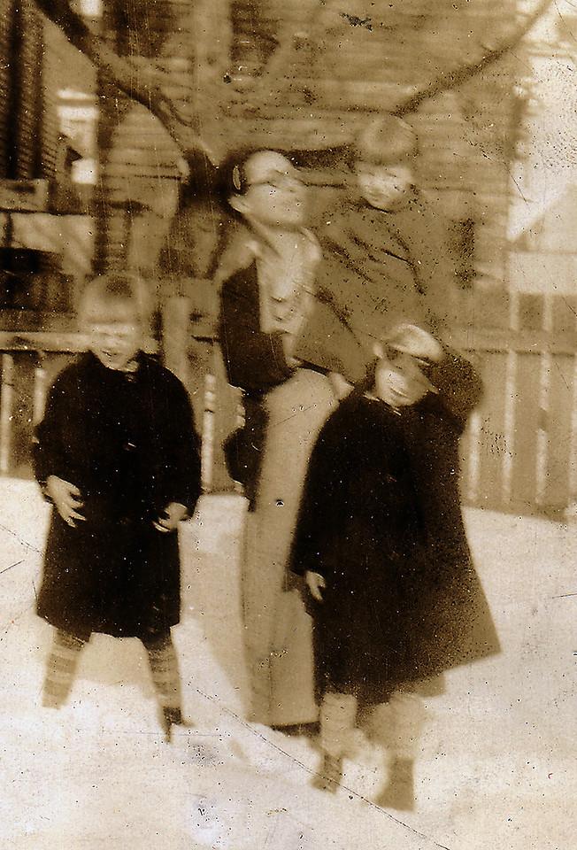 """Mumma"" (Mary Downing Carlisle) with Adelaide and Eleanor"