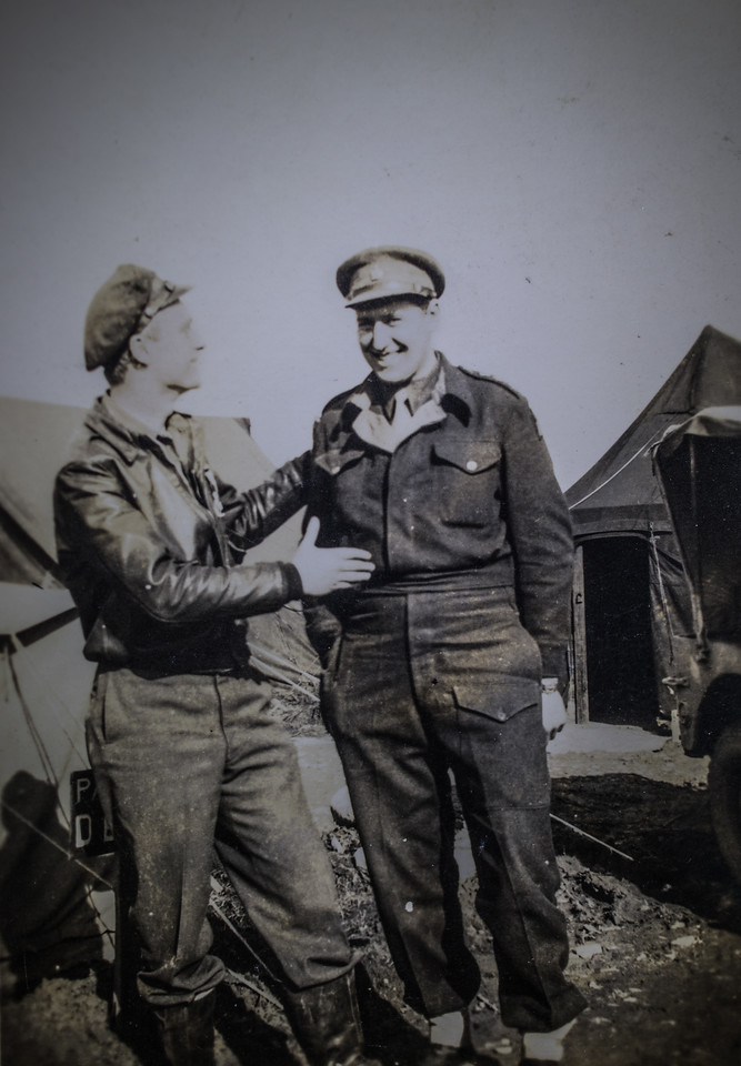 Unknown pilot and infantry officers-7386