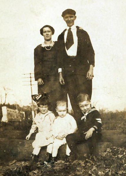 1920 - Grandma & grandpa Hample - Mom/Sis, Uncle Bud, Uncle Leo.