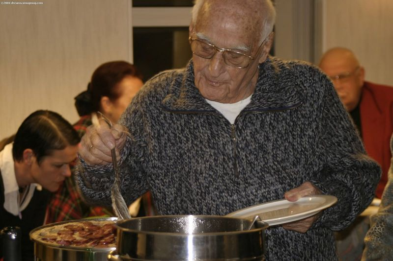 """Opa, opening the """"stamppotten"""" buffet"""