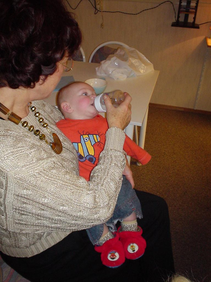 Tante Willy giving Elise some water