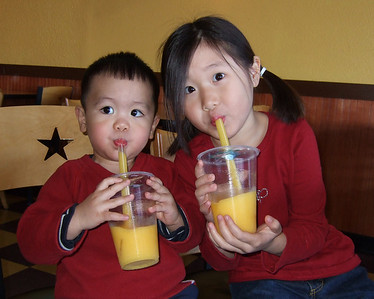 2007-12-29 Drinking mango slushies at Coco's Cafe