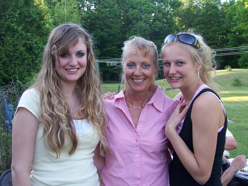 Lori Free with daughters Heidi & Holly