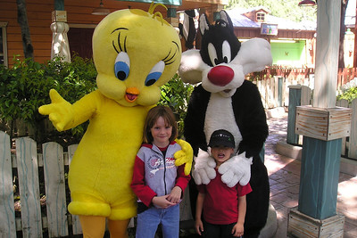 Sydney & Eli enjoying their day at Six Flags Magic Mountain