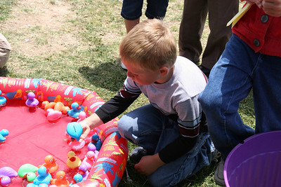 Christopher trying her hand at finding the lucky duck at the Rio Del Norte Festival