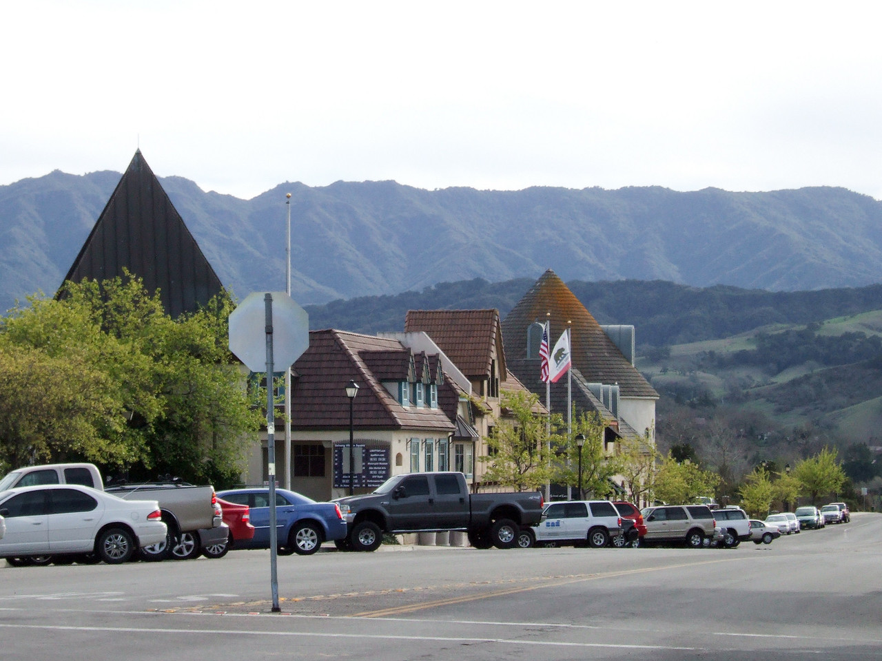Girls' day out in Solvang (Image taken with FinePix F10 at ISO 200, f8.0, 1/400 sec and 24mm)