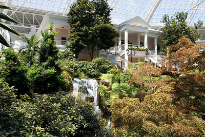 We stopped by the Opryland Hotel in Nashville, Tennessee for a short afternoon visit. (Image taken with Canon EOS 20D at ISO 400, f11.0, 1/125 sec and 23mm)