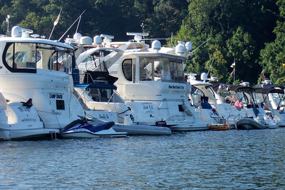 A raft of boats on the Potomac River celebrating Labor Day. (Image taken with FinePix F10 at ISO 200, f5.0, 1/450 sec and 24mm)