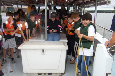 Pulling in the net to see what type of fish they caught. Sydney's 5th grade class from Taylor Elementary had a great field trip on the Potomac River guided by the Chesapeake Bay Foundation. (Image taken with FinePix F10 at ISO 200, f5.0, 1/500 sec and 8mm)