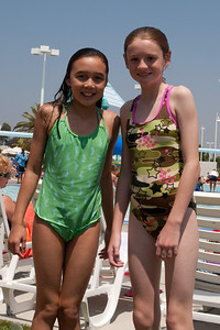 Sierra and Sydney at the aquatic center in Ventura (30 Jul 2009) (Image taken with Canon EOS 20D at ISO 400, f16.0, 1/500 sec and 33mm)