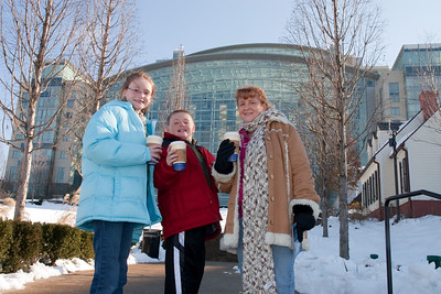 Sydney, Christopher and Kathy outside Gaylord National Resort and Convention Center (24 Dec 2009) (Image taken by Patrick R. Kane on 24 Dec 2009 with Canon EOS 20D at ISO 400, f13.0, 1/250 sec and 23mm)