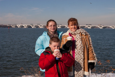 Christopher, Sydney and Kathy next to the Potomac River outside Gaylord National Resort and Convention Center (24 Dec 2009) (Image taken by Patrick R. Kane on 24 Dec 2009 with Canon EOS 20D at ISO 400, f29.0, 1/250 sec and 36mm)