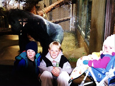Nathan and Ryan Roth with Sydney Kane and a big gorilla at the National Zoo.