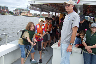 Pulling in the net to see what type of fish they caught. Sydney's 5th grade class from Taylor Elementary had a great field trip on the Potomac River guided by the Chesapeake Bay Foundation. (Image taken with FinePix F10 at ISO 80, f4.0, 1/300 sec and 8mm)
