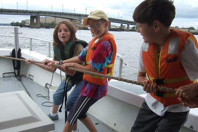 Pulling in the net to see what type of fish they caught. Sydney's 5th grade class from Taylor Elementary had a great field trip on the Potomac River guided by the Chesapeake Bay Foundation. (Image taken with FinePix F10 at ISO 80, f4.0, 1/340 sec and 8mm)