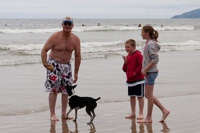 Frank, Christopher and Sydney playing catch with Kanga (01 Aug 2009) (Image taken with Canon EOS 20D at ISO 400, f16.0, 1/800 sec and 57mm)
