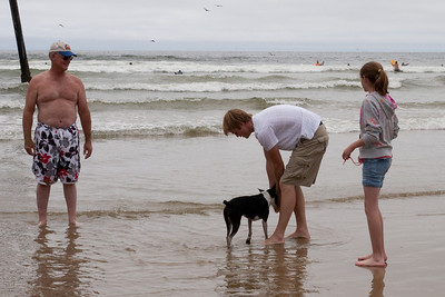 Frank, Grady and Sydney playing with Kanga in Pismo Beach (01 Aug 2009) (Image taken with Canon EOS 20D at ISO 400, f16.0, 1/800 sec and 40mm)
