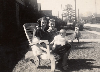 1947-02-16 Annie with kids at Dwinnell st - 1 front