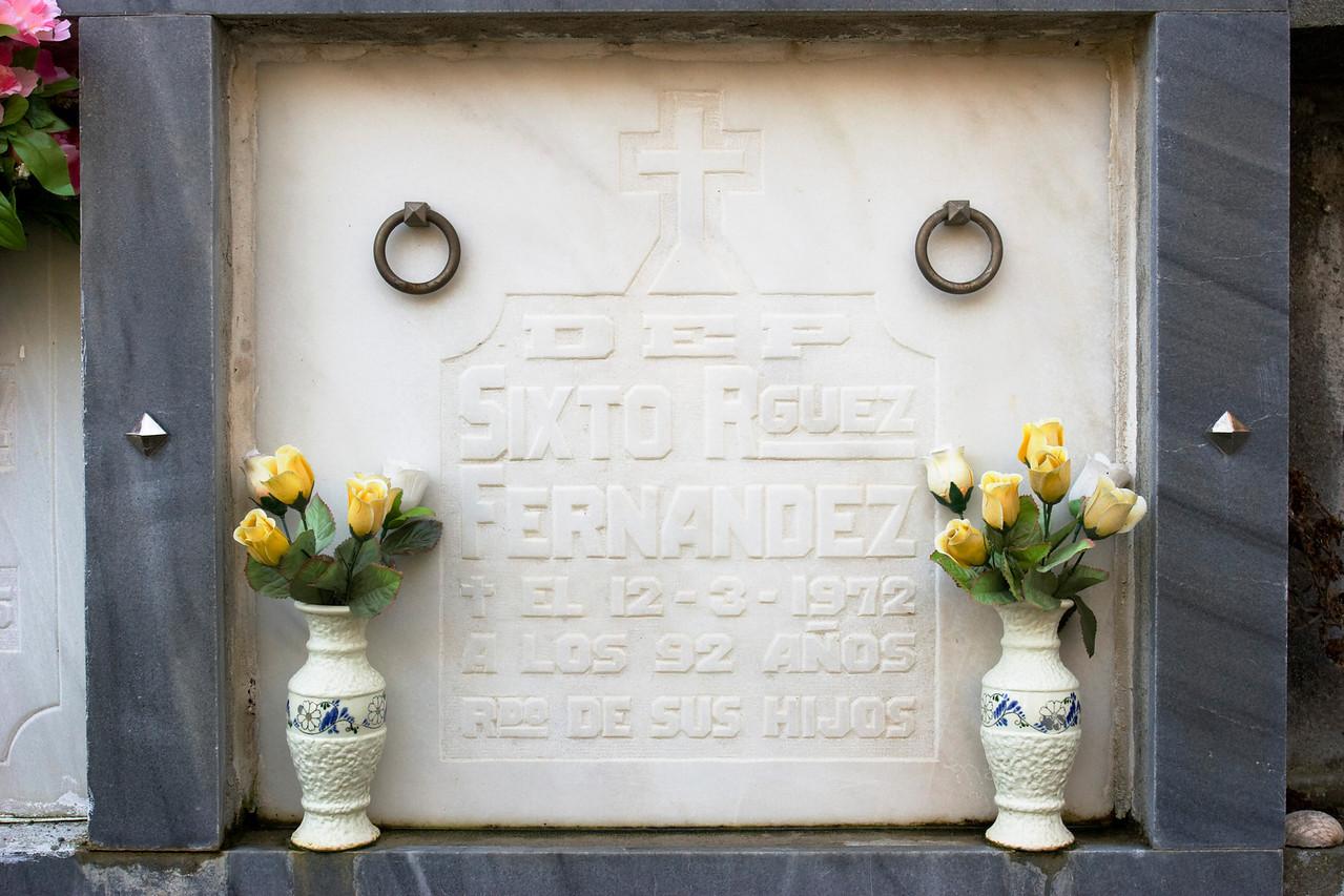 Lápida de Sixto Rodríguez Fernández en el cementerio de Santa María del Pinel.