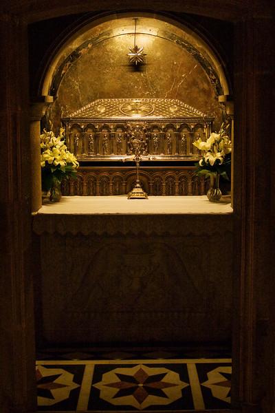 La tumba de Santiago Apóstol se encuentra debajo del altar en la Catedral de Santiago de Compostela.  Es una cripta de los tiempos romanos.