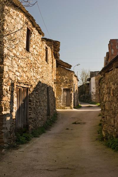Esta es la calle principal de la aldea.  Muchas de las casas se encuentran ahora abandonadas.