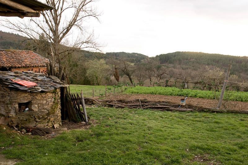 Vista detrás de la casa de Sixto.  Aparentemente su nieta (Conchita) vive en Ponfarrada y viene algunos fines de semana para trabajar la tierra.
