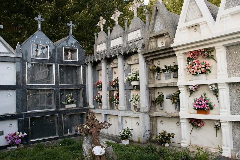 """El cementerio es pequeño--una parcela cuadrada de quizás 80 metros cuadrados.  Las tumbas se colocan en """"casas"""" que supongo representan una familia del pueblo."""