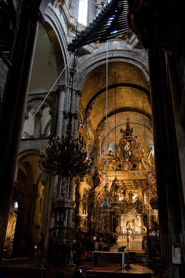 El botafumeiro gigante.  Ocho tiraboleiros, los turibulum magnum, oscilan de lado a lado a lo largo del trancepto de la iglesia.