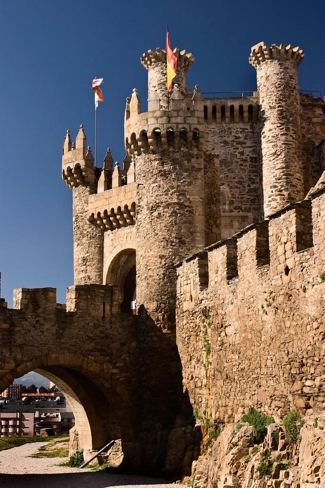 Este castillo templario se encuentra en el pueblo de Ponfarrada cerca de la frontera entre Castilla y León y Galicia.