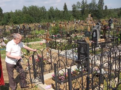 2016-08-06, Visiting moms grave in Perepechino