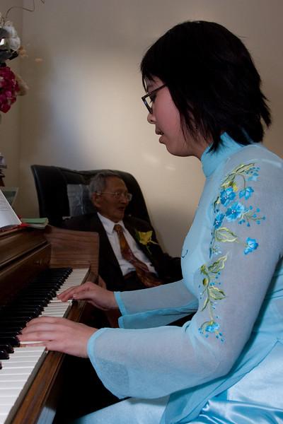 Jasmine plays a song