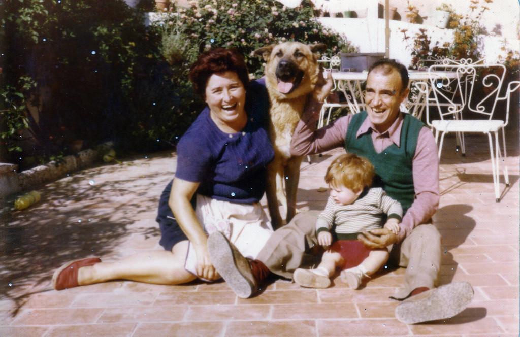 Con su primer nieto en el jardín de casa.
