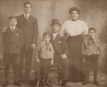 """""""La Famiglia""""  Sano cira 1910"""