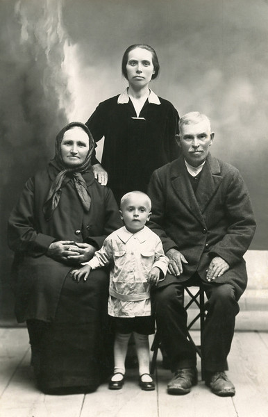 Mary Shupshinskas (standing) and her parents, Marian Bendaruskas and Juosas Shupshinskas.