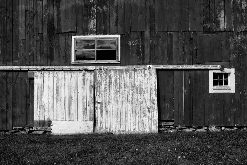 B&W barn door.  Franconia, NH