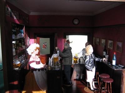 Helga, Mr Flyn, Arnold in corner, Adele -une cocotte?